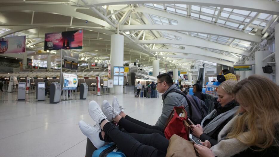 Cientos de viajeros han tenido que regresar a sus hogares en el área tri...