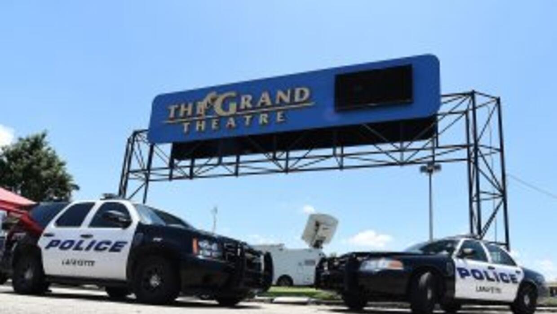 Dos patrullas de la policía de Lafayette, Luisiana, vigilan la entrada d...