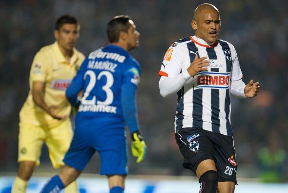 El técnico Carlos Barra mandó al terreno de juego al delantero Humberto...