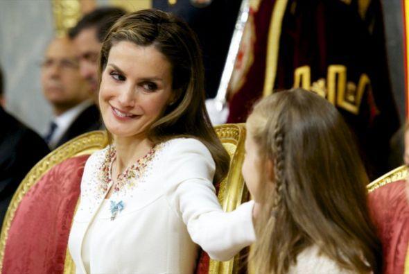 Letizia premiaba con una caricia el buen comportamiento de Leonor.