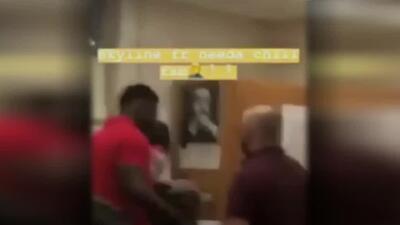 En video: Un estudiante agrede a un profesor que le habría ordenado que se sentara en su escritorio