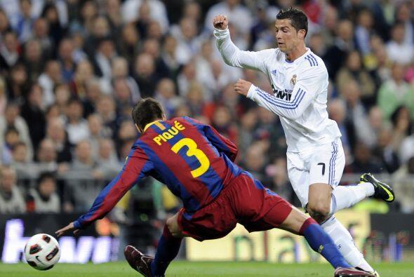 En ésta se escapaba Cristiano y Piqué reaccionó a tiempo.