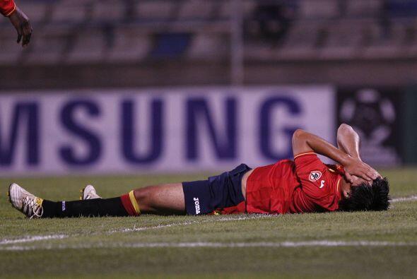 Mario Aravena de Unión Española se lamenta por la derrota de su equipo....
