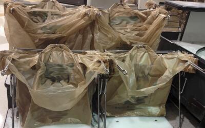 Bolsas de plástico para la compra en un supermercado.