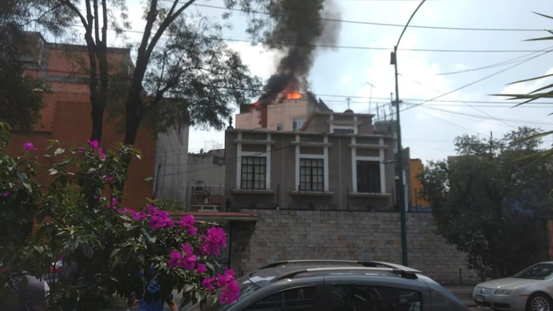 Un edificio en llamas en la Ciudad de México, luego del fuerte sismo.