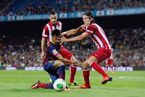 Neymar se pasó bastante tiempo tirado en el césped, aunque la mayoría fu...