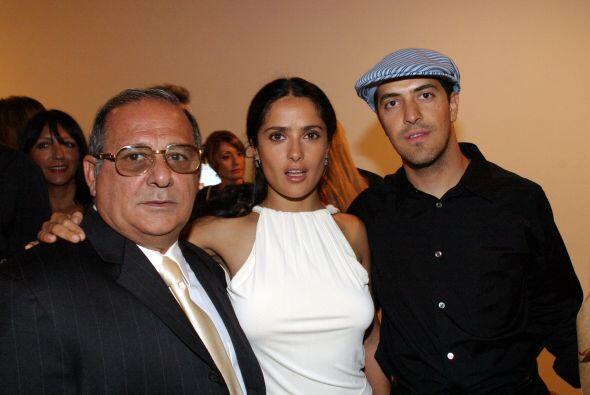 Aquí vemos a Salma con su padre y su hermano en 2003. Mira aqu&ia...