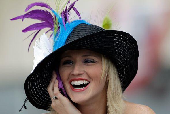 Los sombreros son un elemento peculiar en el atuendo de los asistentes d...