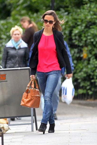 En el caso de Pippa Middleton los trata de lucir con prendas en colores...