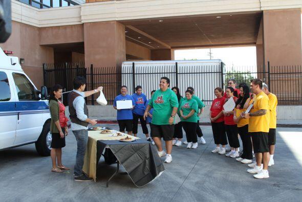 Antes de dar a conocer a los ganadores, Poncho mostró el premio para el...