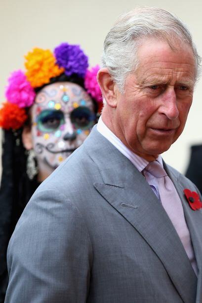 El heredero al trono de la corona real británica recorrió con su esposa...