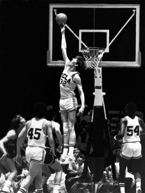 Walton jugó sus años universitarios, entre 1972 y 1974, con los Bruins d...