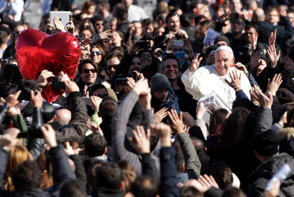 """El pontífice dio fin a la ceremonia saludando desde el """"papamóvil"""" a los..."""