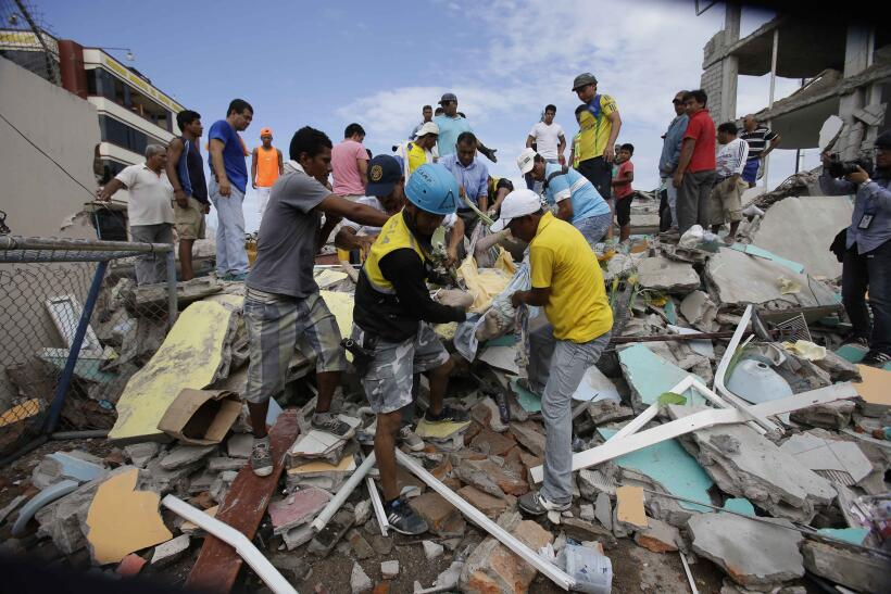 Desesperación y ruinas en la costa ecuatoriana tras el terremoto Ecuador...