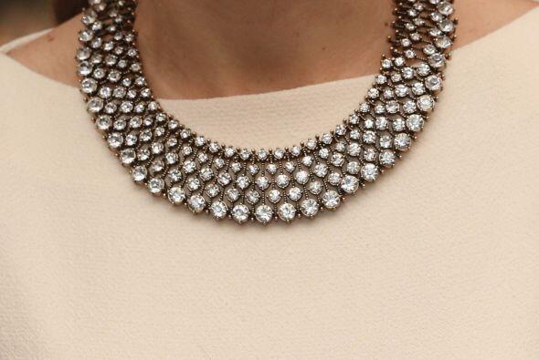 El collar que hizo lucir más al vestido también es de Zara.