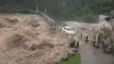 Estos autos se aventuraron a pasar justo antes de que un puente fuese cubierto por el río