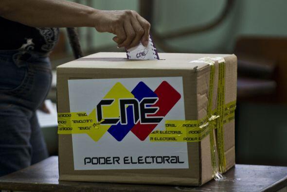 Los colegios electorales abrieron el domingo sus puertas en Venezuela en...