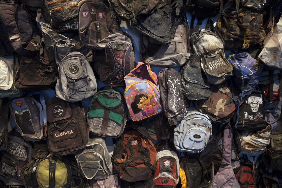 Detalle de la instalación de las mochilas en esta muestra que documenta...