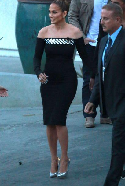 La latina salió del set de su programa en un vestido sumamente sexy.
