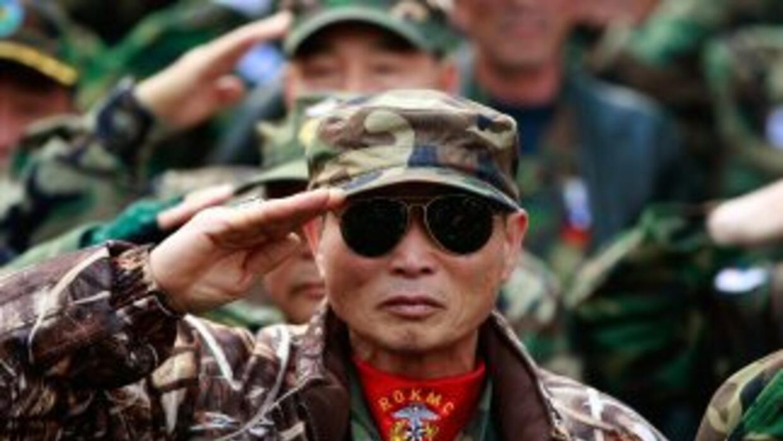 Casi 100 veteranos surcoreanos se desplazaron a la isla de Yeonpyeong y...
