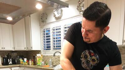 Larry Hernández aprende el arte de hacer tortillas con su maquinita 'made in México'
