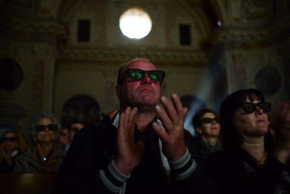 Y ¿por qué usan lentes oscuros dentro un templo católico?