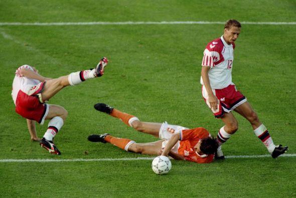 El holandés Marco Van Basten quedó en deuda en la Eurocopa del 2002 ante...