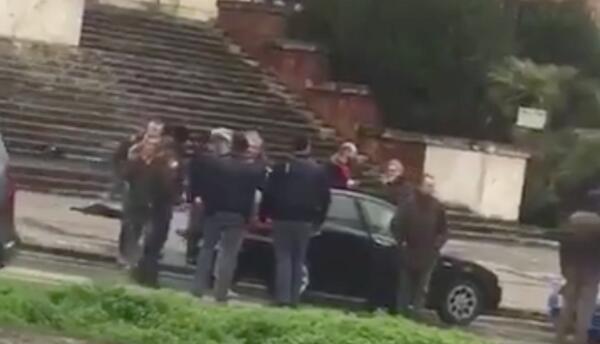 Personas se reúnen en el lugar donde fue arrestado el agresor en Macerat...