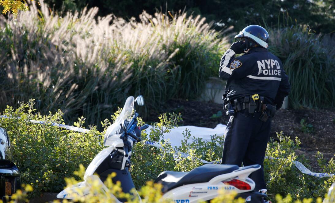Un oficial de la policía de Nueva York resguarda la zona.