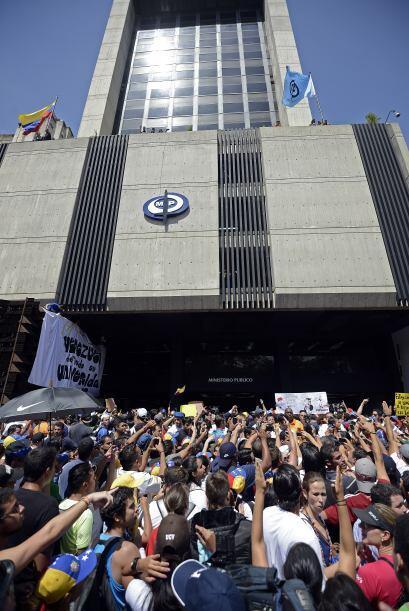 Miles de manifestantes desarmados protestan  frente al edificio de la Fi...