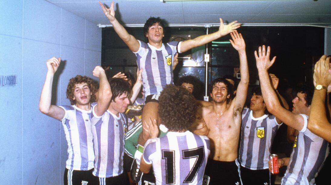 Futbolistas que debutaron como profesionales antes de los 16 años Marado...