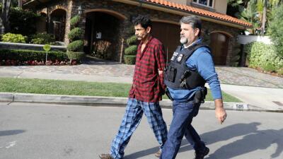 Un agente del Servicio de Inmigración y Aduanas (ICE) conduce a un mexic...