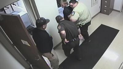 En video: Intentó escapar de la corte donde lo acababan de condenar a una pena de cárcel