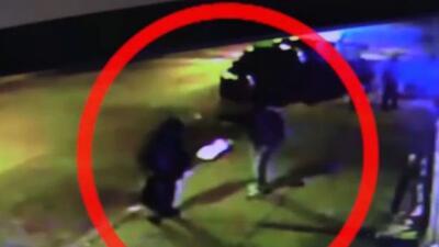 Video de vigilancia capta el momento en que un hombre es asaltado y herido de bala
