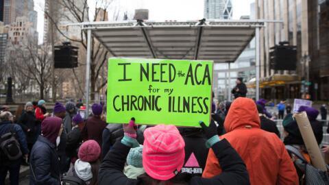 Una manifestante defiende el Affordable Care Act (ACA) en una protesta d...