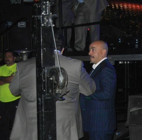 Lupillo Rivera llegó guapísimo  con su traje oscuro.