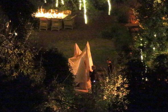 Cuatro personas con postes rodeados de sábanas seguían a Cameron por el...