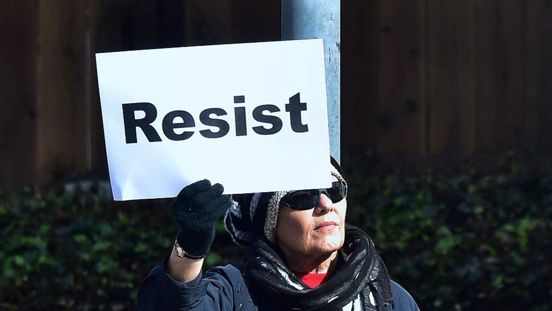 Una mujer pide hacer resistencia al gobierno de Trump
