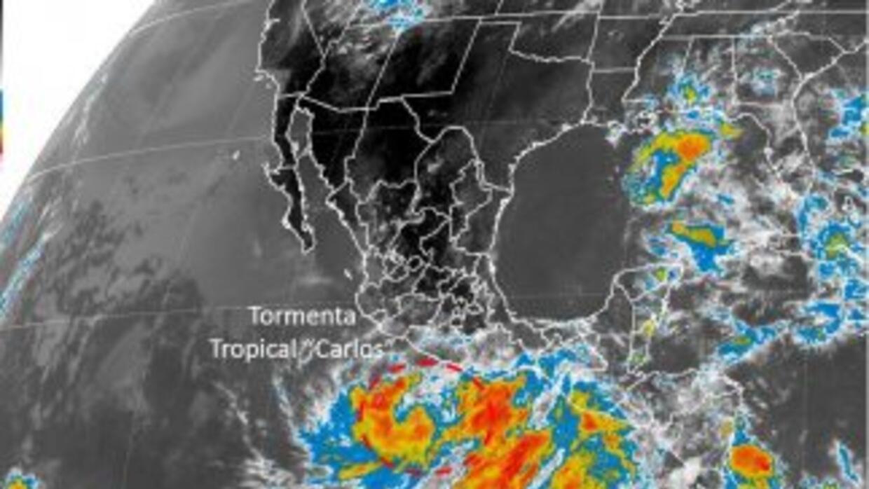 Imagen de satélite del fenómeno Carlos, provista por el Servicio Meteoro...