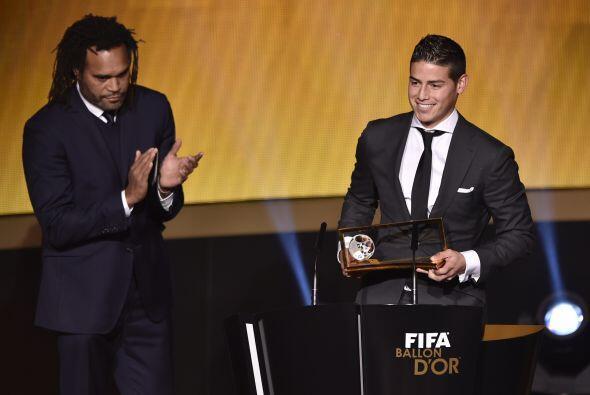 El jugador colombiano del Real Madrid recibió éste premio por el gol ano...
