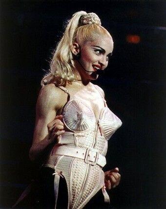 14. En su Blonde Ambition Tour, Madonna puso de moda la cola larga con t...