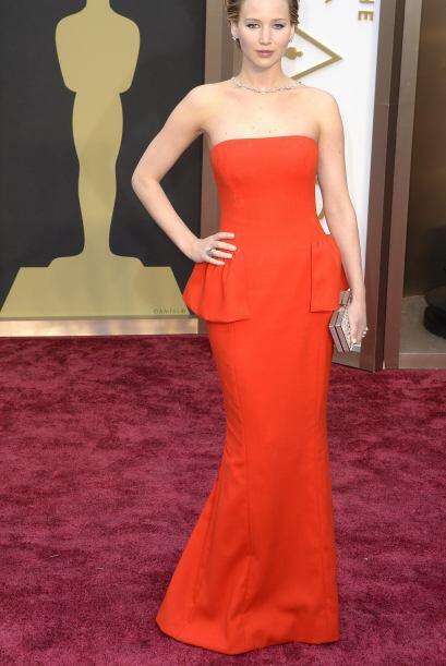 Jennifer Lawrence luciendo un vestido rojo llega al  Dolby Theatre en Ho...