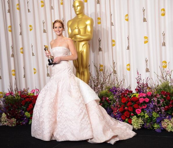 Jennifer Lawrence recibió una figurilla de los Oscar por su interpretaci...