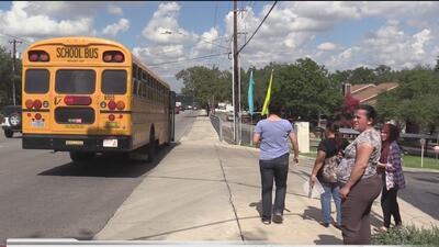 Padres de familia piden se remueva una parada del autobús escolar