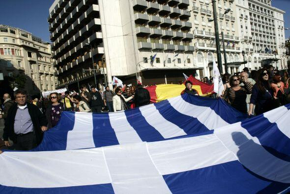Otros más enarbolaban banderas de los países más afectados por las polít...