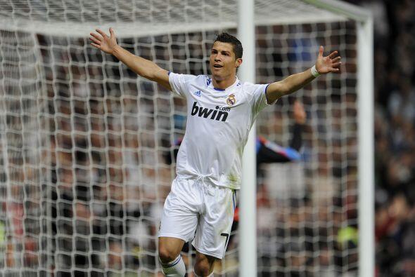 Y Cristiano Ronaldo abre los brazos como incluyendo al público en su ale...