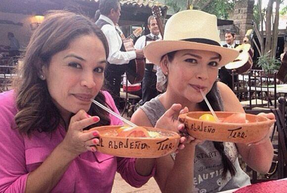 Karla Martínez brindando con la novia en Tlaquepaque. ¡Salud chicas!