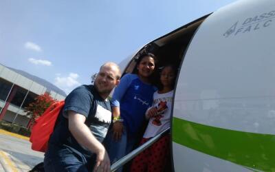 Joshua Holt junto a su esposa Thamara y la hija de ella, abordan un avi&...
