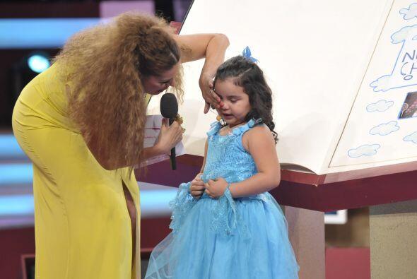 Gali no dudó en apapacharla un poco para que dejara de llorar.