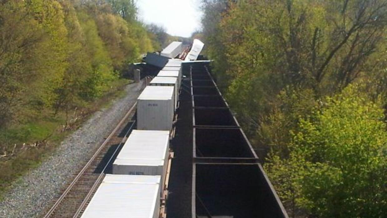 Los trenes colisionaron entre sí el domingo en la mañana lanzando vagone...